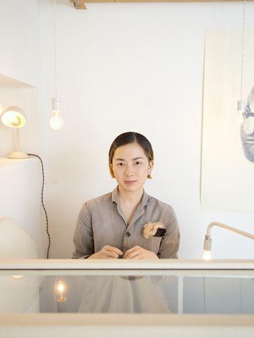 横尾香央留(よこお かおる)手芸家1979年6月17日生まれ    ◇ イラストレーターのセーターの虫喰い穴に鉛筆形のポケットを編んでつけたり、老婦人のジャケットのほつれたカフスを本人のイヤーマフとそ