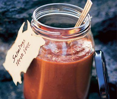 Salmings steak sauce - Portioner:  4 dl 1/2 gul lök 2 msk rapsolja 1 dl ketchup 1/2 dl HP-sås 1/2 dl äppelcidervinäger 1 1/2 dl tomatjuice 1/2 dl svartvinbärsgelé 2 msk mörk sirap 2 msk worcestersås 1 - 1 1/2 tsk Liquid smoke 1 tsk kanel 1 tsk chilipulver 1/2 tsk kajennpeppar 20 g mörk choklad (70 %) 2 krm salt