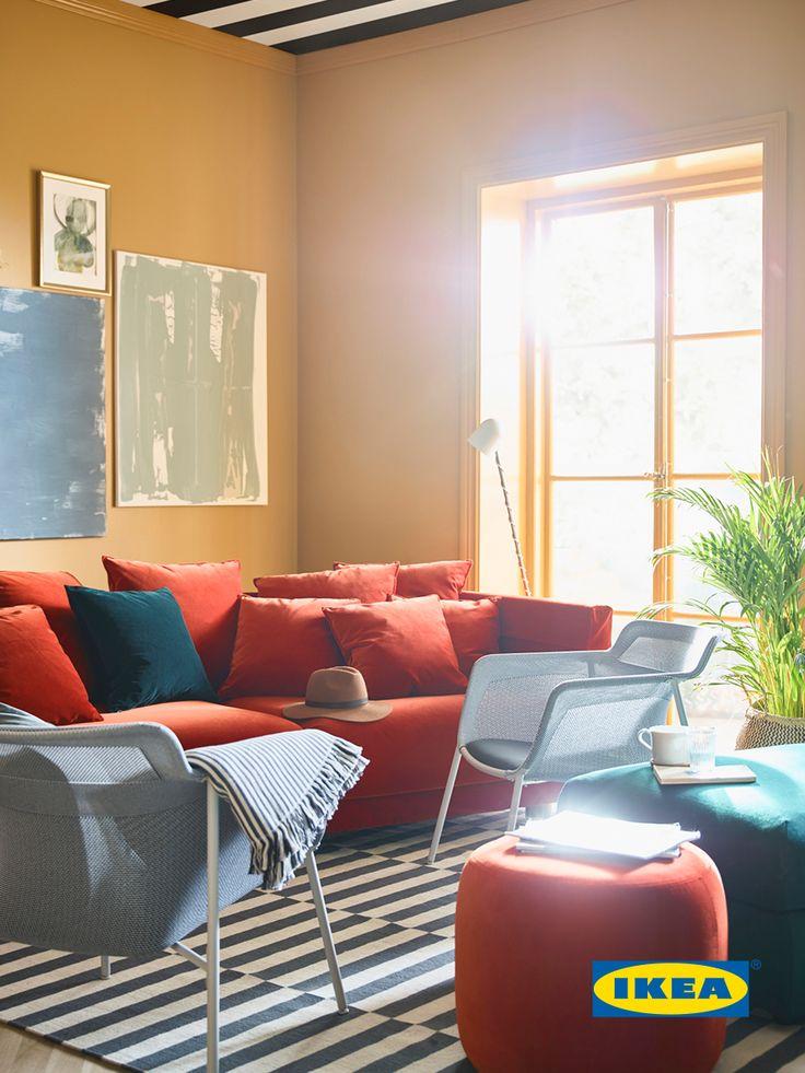 Аранжирайте, както ви идва отвътре.  За Саша това означава, диванът да не е долепен до стената, а да е сложен под ъгъл или в средата на стаята. Добавете леки кресла и табуретки, които да можете да пренаредите според нуждите ви.