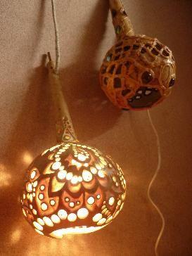Ръчно изработена като дантела декоративна лампа,изработена с много търпение като дърворезба, за Ваш уют и светлина в студените вечери,а и за добро настроение с чаша хубаво вино за празници!При поръчка /дори и да се опитам/,не е възможно точно повторение или изпълнение на Вашата Кратуна