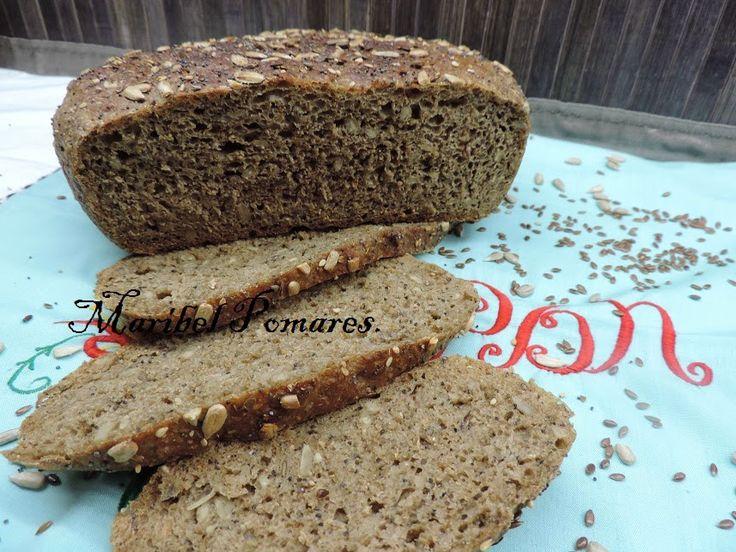 Pan integral de trigo y centeno con semillas de girasol. linaza, amapola y…