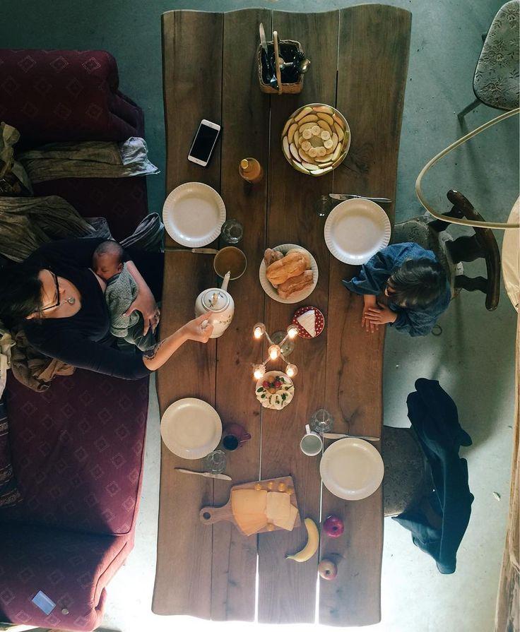 Guten Tag zum späten #wochenendfrühstück das eigentlich ein Brunch ist. Wir sind wieder aufs Land auf unsere Dauerbaustelle gefahren die immer wohnlicher wird. Letztens haben uns liebe Nachbarn gebraucht einen großen Eichentisch besorgt an dem wir auch zu fünft plus Besuch genug Platz haben. Im Haus kann ich aus der oberen Etage perfekt von oben fotografieren. Zum Essen gibt es heute nicht so viel zu sagen außer: für Baustellenverhältnisse gut genug :) #frühstück #brunch #landleben #eiche…