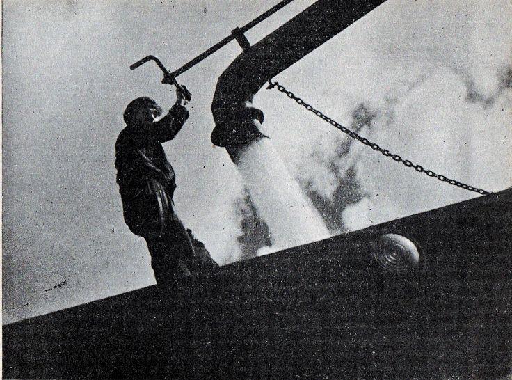 Cargando agua. Publicado en Guía del veraneante 1942. Ferrocarriles del Estado