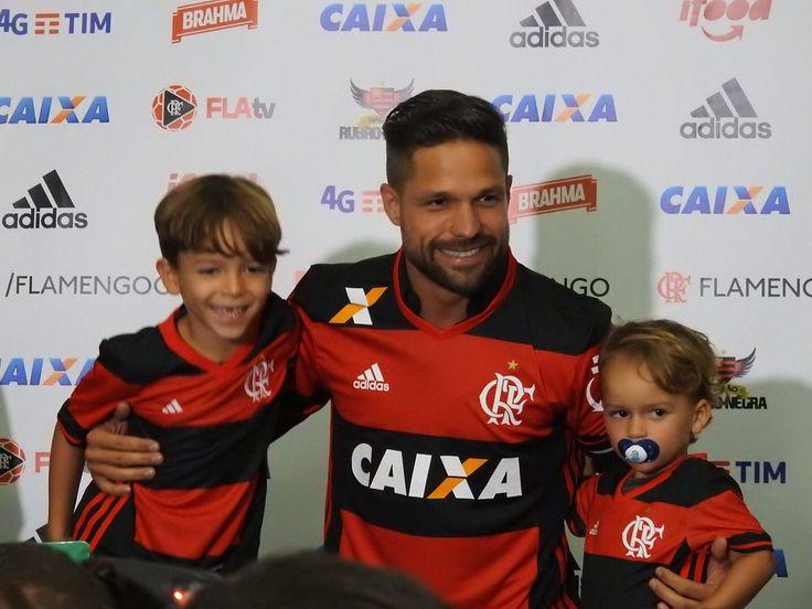 """Com fé no próprio taco, Diego fala em sonho: """"Vou vivê-lo intensamente"""" #globoesporte  http://globoesporte.globo.com/futebol/times/flamengo/noticia/2016/07/diego-e-apresentado-oficialmente-pelo-fla-em-cerimonia-na-gavea.html"""