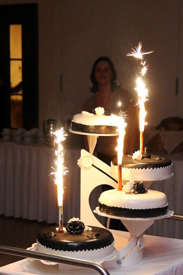 Hochzeitstorte mit brennenden Fontänen