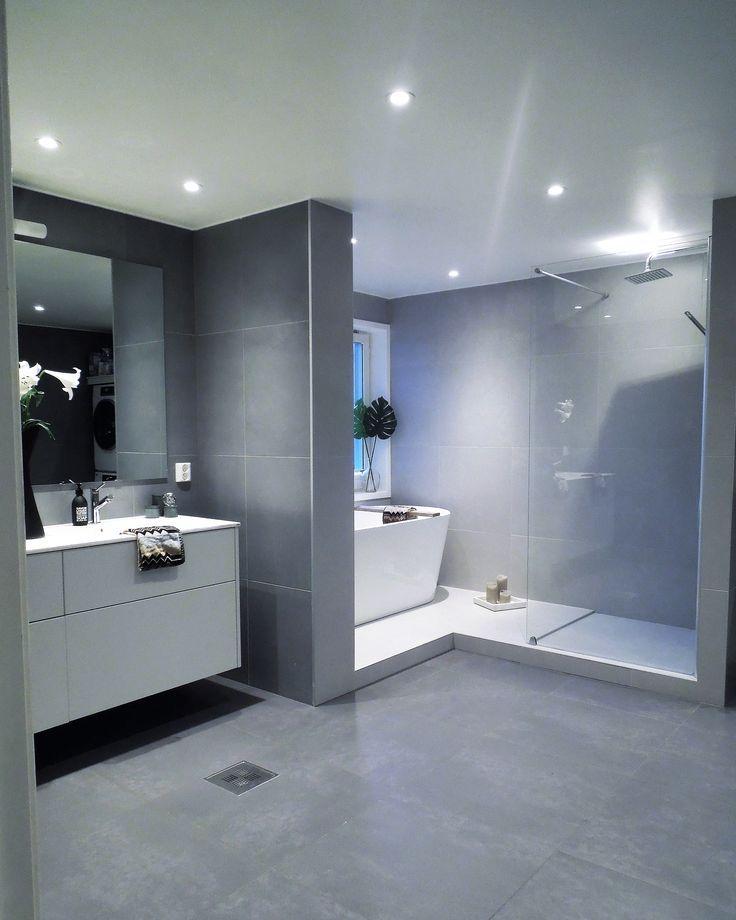 Großzügig, schlicht und offen: Das sind die Schlüsselbegriffe für ein #modernes #Badezimmer. Mit #großformatigen #Fliesen in