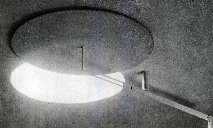 Eileen Gray, casa a Castellar 1932-34. La camera da letto principale riceve il sole da un'apertura circolare nel soffitto