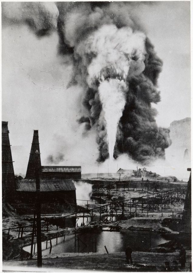 Disaster at the Nobel Brothers Naftaproduction Corporation in Baku, Azerbaijan. The image is part of two great albums by director Karl Wilhelm Hagelin who worked long at the Nobel oil facilities in Baku. Photo: Unknown, 1875-1920.