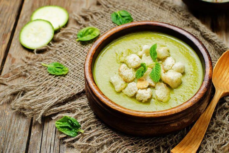 La vellutata di zucchine e spinaci è un ottimo piatto caldo, perfetto da servire per cena accompagnando con crostini di pane. Ecco la ricetta