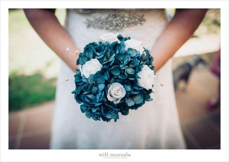 Ramo preservado de rosas blancas y hortensias azules. Fotografia cortesia de @willmarsala  #ramosdenovia #unico #exclusivo #diseño #flores #rosas #hortensias #preservado #florespreservadas #arreglosflorales #novias #celebracion #leavesdesign