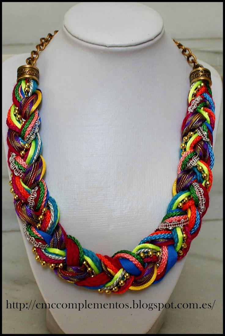 Trenza de diferentes cordones, cintas, cadenas para un collar muy colorido