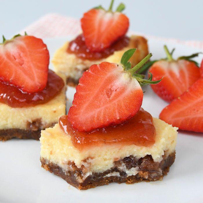 Deze aardbeien cheesecake repen zijn kleine gebakjes die je kunt vergelijken met een luxe koek voor bij de koffie. Ze zijn heerlijk en niet moeilijk!