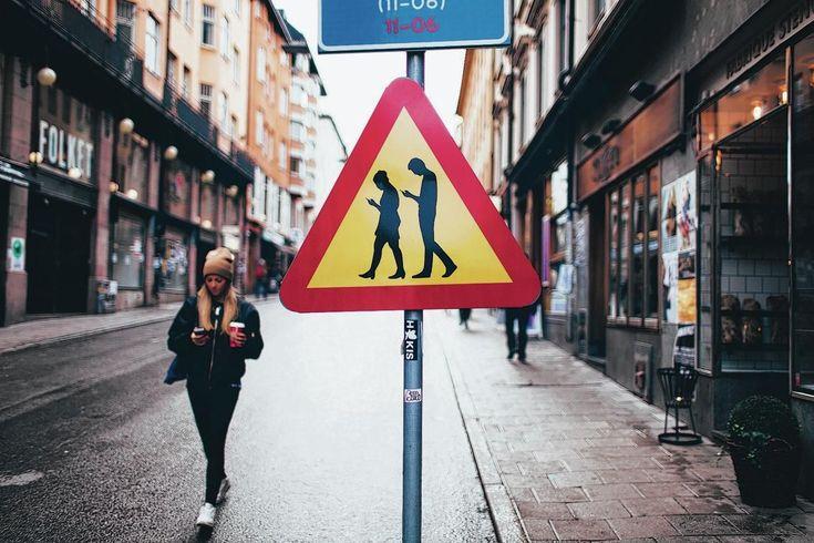 Ludieke actie: Twee Zweden hingen waarschuwingsborden op in de straten van Stockholm.