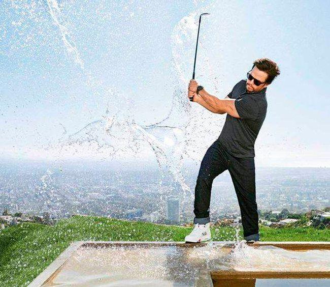 Марк Уолберг крут! Этот американский актёр дважды номинировался на премию «Золотой глобус и на премию «Оскар» за роль второго плана в фильме «Отступники» и в качестве продюсера за фильм «Боец». Он умеет наслаждаться жизнью, в кругу большой семьи, друзей или просто играя в гольф. И при этом выглядеть эффектно.  Роль в голливудском блокбастере мы вам не гарантируем. А вот такие же джинсы 7 For All Mankind мы вам сможем подобрать.