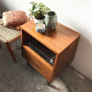 Pretty mid century walnut nightstand by Kroehler with rosewood bowtie drawer pull 🙀. One single drawer that pulls smooth and pretty peg legs. Some signs of wear on the top $225 • Danish Teak ottoman with brand new corded seat $285 • mini 1970s Indian cotton pillows $35 each. 〰〰〰 #Kroehler #apartmenttherapy #danishmodern #midcenturyfurniture #midcenturymodern #apartmentdecor #1960s #danishcord #jute #teak #walnut #bedroom #style #homegoods #vintage #storage #nightstand