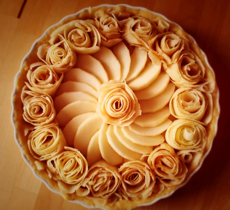 Mal eine etwas andere Möglichkeit einen Apfelkuchen zu belegen. Dazu einfach feine Streifen des Apfels abschälen und so aufrollen, dass kleine Rosen entstehen.