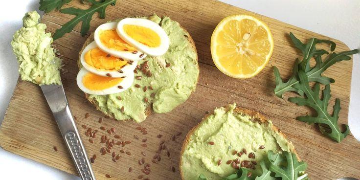 POMAZÁNKA ZE ŠMAKOUNA      Ingredience: 1 plátek přírodního šmakouna 1/2 avokáda kousek eidamu hrst kešu (můžou být i solené) trochu citrónové šťávy sůl, pepř Postup: Všechny ingredience společně umixujeme do hladká a hotovo. Ingredience můžete různě obměňovat nebo přidávat, prostě co dům dá. Super jsou například i nakládaná sušená rajčata, vajíčka uvařená na tvrdo nebo nakonec přidat řetkvičky nakrájené na plátky společně s uzeným lososem.☺ instagram autor:@Doobbii
