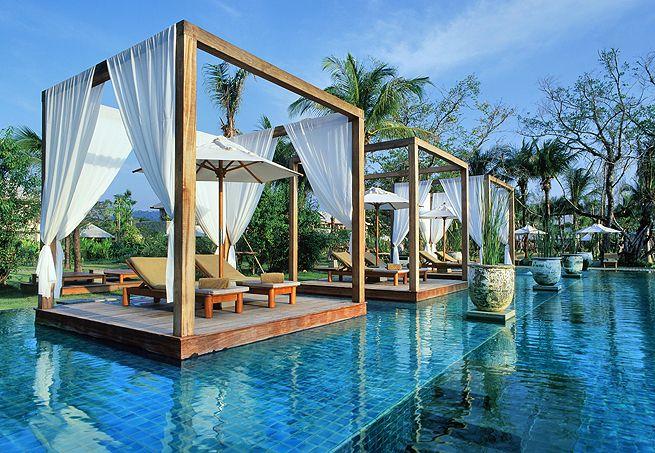 O hotel Sarojin, na Tailândia, tem estas estruturas isoladas com pares de espreguiçadeiras dentro da piscina. A atração oferece privacidade aos hóspedes.