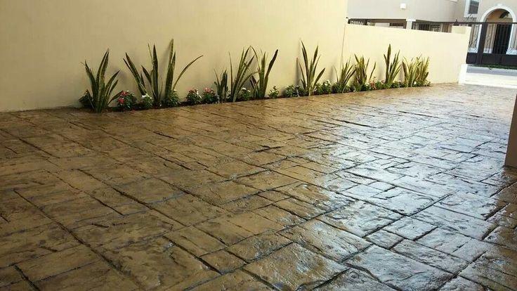 Trabajo de concreto estampado y jardinería.
