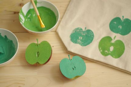 How to Make an Apple-Print Tote Bag - Fun project to do with the kids!: Apples Art, Apples Crafts, Teacher Gifts, Apples Pies, Shops Bags, Totes Bags, Apples Prints, Apples Stamps, Cool Ideas