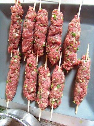 kefta de boeuf haché, on façonne la viande comme de petites saucisses autour d'une pique en bois