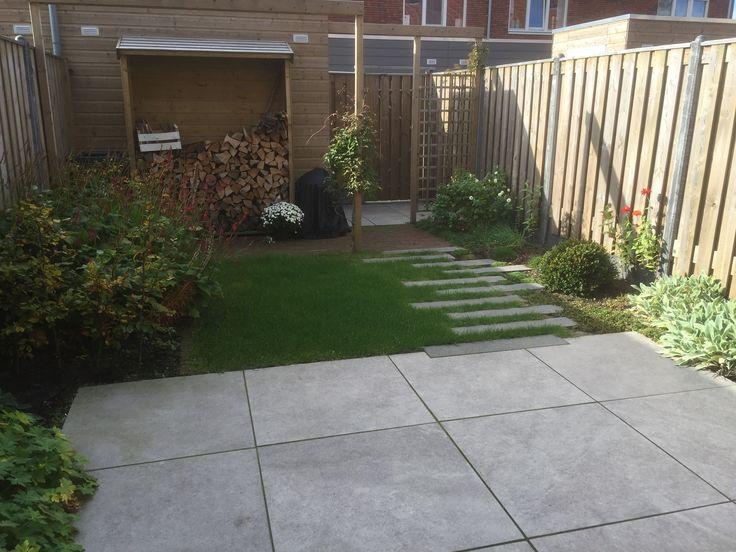 Door verschillende materialen te gebruiken is deze tuin heel gezellig.
