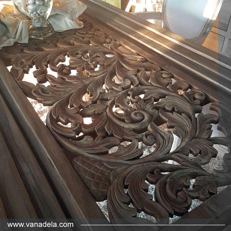 Hay muebles que por si solos decoran un espacio como sucede con esta mesa tallada con acabado natural. ¡Sin duda un lujo para los sentidos!  En la tienda de muebles Vanadela en Sevilla apostamos por muebles con diseños exclusivos y con materiales de máxima calidad.