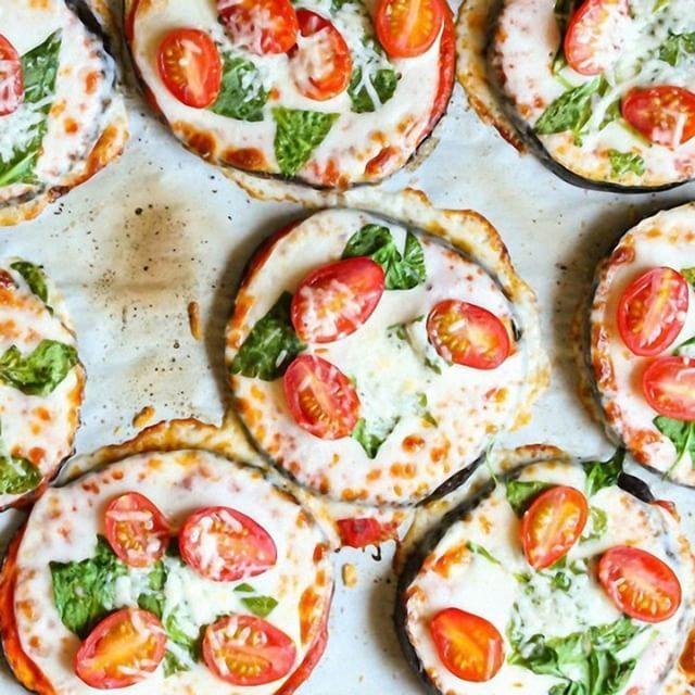 Баклажановая пицца: такого вы еще не пробовали! на 100грамм - 61.7 ккалБ/Ж/У - 3.34/4.59/3.91  Ингредиенты: Баклажаны - 2 шт. Томатный соус - 200 г Помидоры черри - 80 г Зелень - 100 г (у нас шпинат) Сыр - 100 г (у нас моцарелла) Соль, перец - по вкусу  Приготовление: Разогрейте духовку до 210 градусов. Застелите противень бумагой для выпечки. Нарежьте баклажаны кружками толщиной около 1 см. Выложите их на противень, посыпьте солью и запекайте 15—20 минут. В это время нарежьте моцареллу...