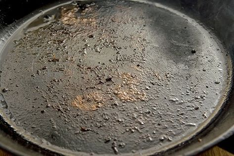 Bränner maten fast i gjutjärnspannan? LÖSNING: Börja med att hetta upp den på högsta effekt. Strö i salt så det täcker botten. Rör och gnugga botten med en träslev/gaffel i ett par minuter. Saltet djuprengör pannan från fastbrända partiklar i porerna. När saltet har blivit brunt, torka ur med papper. Hetta upp den igen och slå på lite matolja. Var försiktig, ha gärna ett lock tillhands. Vid brand - försök INTE släcka med vatten!! Torka ur med papper efter ca 6-8 min. - KLART.