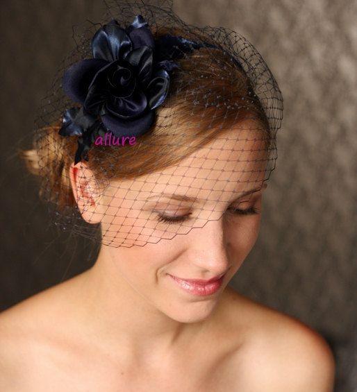 Fabuleux BIRDCAGE voile, casque bleu marine wedding. Fleur de cheveux mariage étonnant.