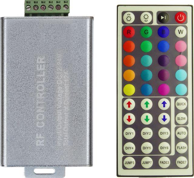 Controlerul RGB 12A si telecomanda cu 44 de taste sunt utile pentru a controla in mod cat mai eficient jocul de lumini (viteza sau/si culoare) pentru banda LED cu 60 LED-uri SMD in putere de 14.4W per metru.