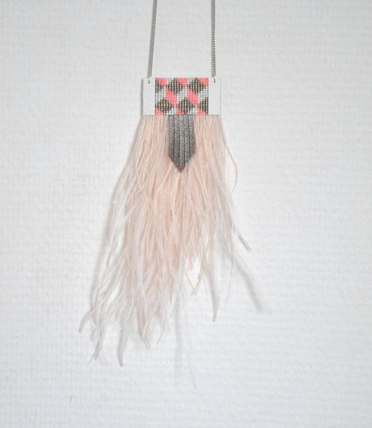 """Sautoir """"Geometrics"""", tons rose et gris, plumes d'autruche, cuir, perles tissées : Collier par knock-on-wood"""