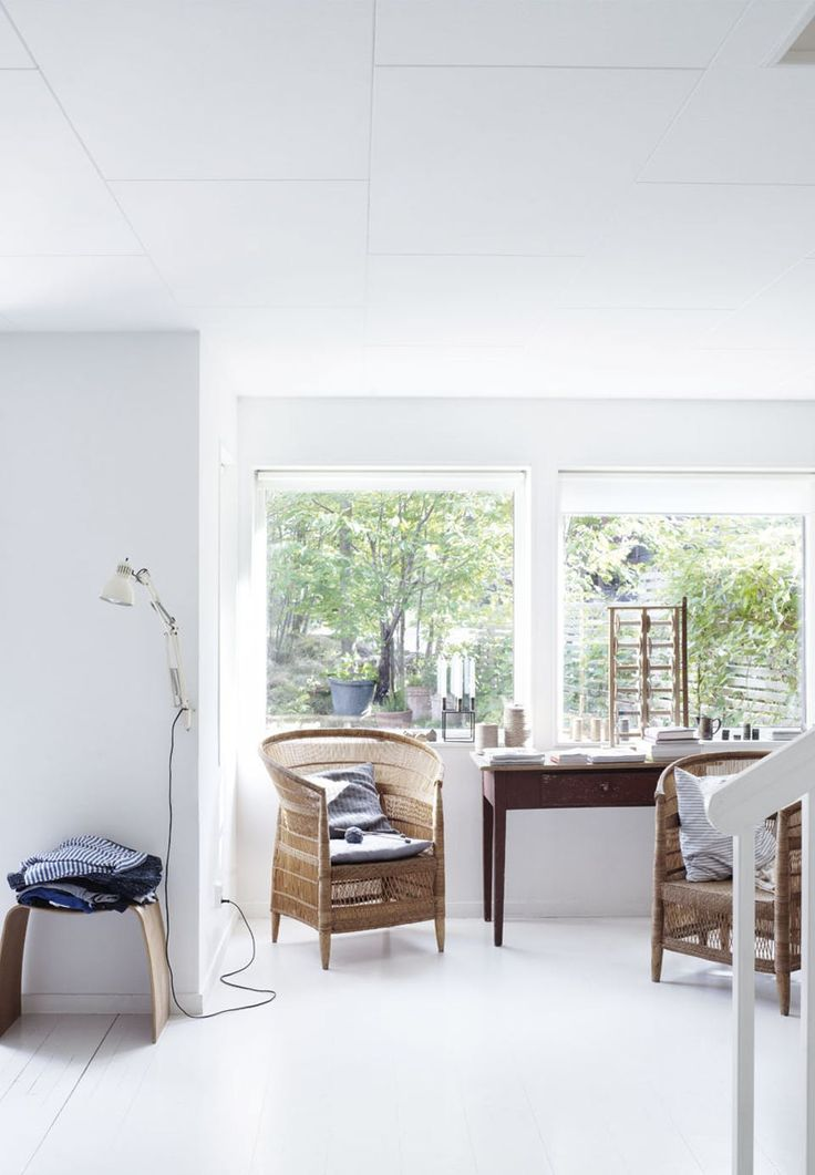 A lovely corner surrounded by white walls, floor and ceiling, which provide a clean and bright look. The Nordic look is emphasised by the lightweight furniture and the blue tones in the fabrics.
