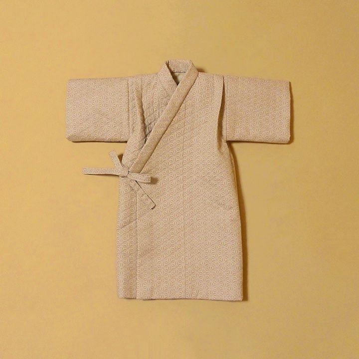 日本人には古くから馴染みの深い 麻の葉文様で仕立てた男の子用のレトロな産着です。麻の葉模様は、赤ちゃんを災いから守り、健やかな成長を願う思いが込められています。