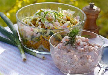 Kom rejer i salaten. Her får du tre lækre opskrifter på flotte og festlige rejesalater til forret: En klassisk, en rissalat og en avocado-rejesalat