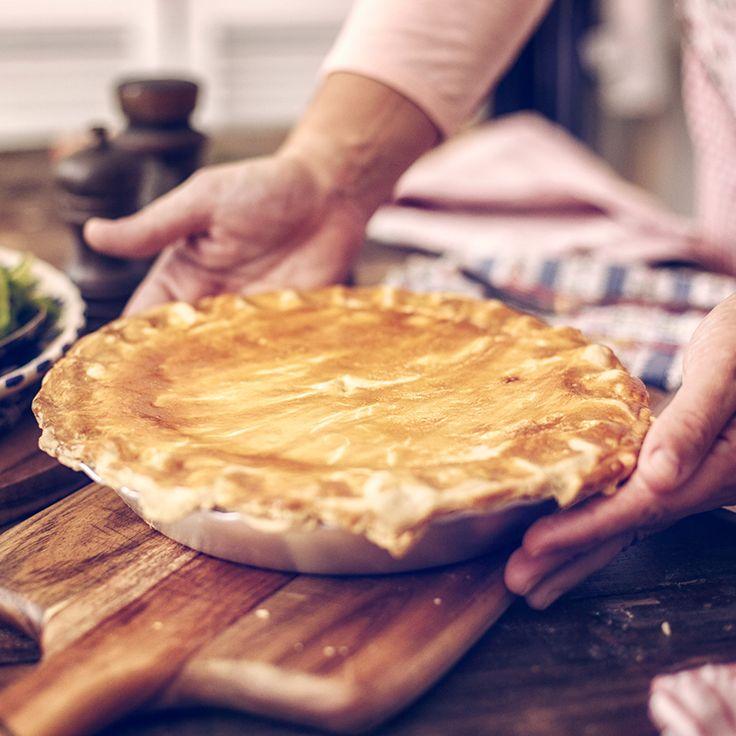 <strong>À ne pas confondre avec la vraie tourtière du Lac. Il s'agit ici d'un savoureux pâté à la viande hachée, qu'on appelle tourtière dans bien des régions du Québec! Pour une version légère, on peut utiliser du dindon haché ou un mélange de dindon et de porc. On peut aussi mettre de la muscade, de la cannelle, du piment de la Jamaïque, de la sauge, du thym ou plus de poivre.</strong>
