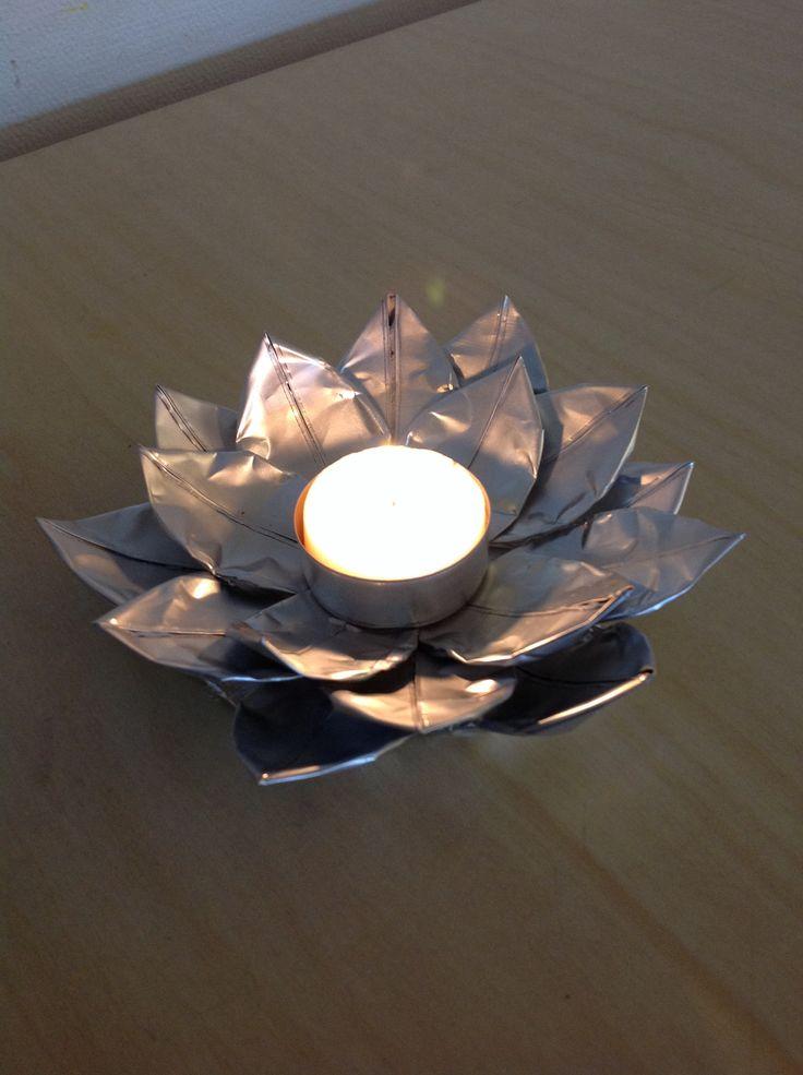 Återvinning av olika slag, denna lotus lykta är gjord av tomma värmeljus behållare