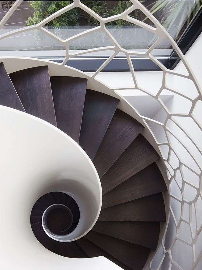 ღღ Like the dark wood of the stairs in contrast with the white!! ~~~ Escada e guarda-corpo em caracol