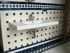 Carrelage salle de bain retro 10x20 et cabochon bleu IMG_0670a