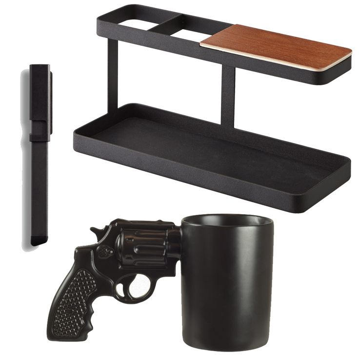 Originální dárkový set do kanceláře, který obsahuje universální pero 4 v 1, originální hrnek ve tvaru zbraně, multifunkční stojánek z Japonska.