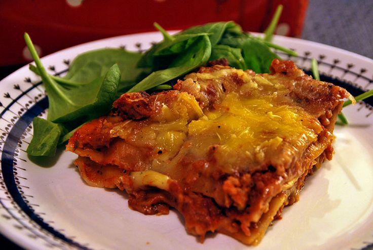 Vegansk lasagne med bechamelsås och vegofärs.