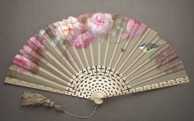 folding fan painted by D. Edward Creuzy  materiaal: gaas-ivoor-parelmoer met zijden kwast source: San Francisco Art Museum