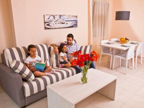 Una familia en el salón de un #apartamento del Pierre & Vacances Mojacar Playa.