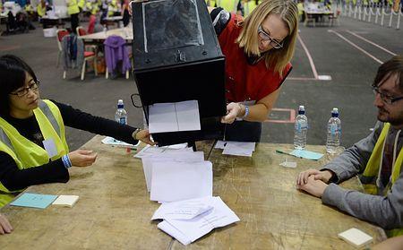 18日、英北部スコットランドのエディンバラで、住民投票の開票作業を行う職員ら(EPA=時事) ▼19Sep2014時事通信|スコットランド、独立否決へ=住民投票、辛くも英残留-世界的混乱は回避へ http://www.jiji.com/jc/zc?k=201409/2014091900236
