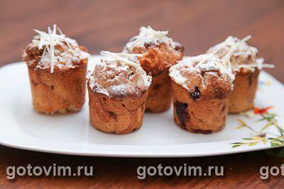 Кексы лучше печь в бумажных формочках, тогда ягоды не будут подгорать. И в идеале нужна свежая малина, с ней вкуснее. Температуру и время выпечки подбирайте для своей духовки.