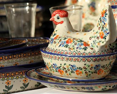 Funny bowl with cover in a shape of lying hen. How adorable Polish pottery can be