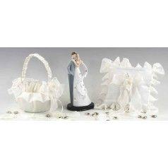 Precioso set de boda que incluye: una figura de novios para la tarta, una cestita para las arras en color marfil decorada con perlitas y un cojín para las alianzas a juego.