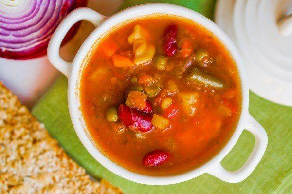 Густой итальянский суп с говядиной, овощами и красной фасолью