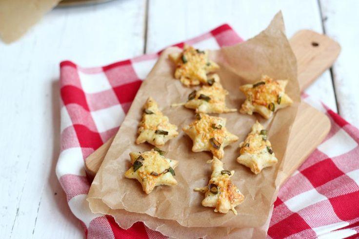 Wil je je gasten met Kerst een lekker hartig hapje voorschotelen? Maak dan deze super simpele kerstkoekjes met kaas en bosui. Het recept is te simpel!