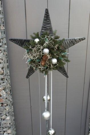 Niet persé die ballen eronder maar meer het idee van een hangend kerststukje op zo'n rotan ster.